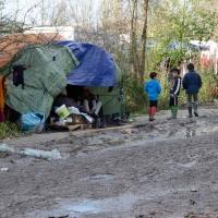 Camp de Grande Synthe agglomération de Dunkerque. De plus en plus de famille avec enfants.